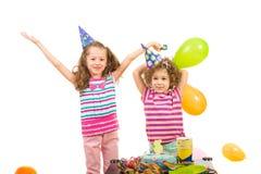 Lyckliga flickor firar födelsedag Royaltyfri Bild