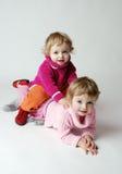 lyckliga flickor kopplar samman Royaltyfria Bilder