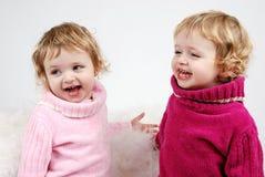 lyckliga flickor kopplar samman Arkivfoto