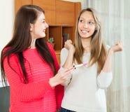 Lyckliga flickor med graviditetstestet Royaltyfri Bild