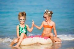Lyckliga flickor på havet Arkivbild