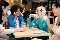 Lyckliga flickor på kaffeavbrott Royaltyfri Bild