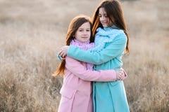 Lyckliga flickor på utomhus- gryning royaltyfri fotografi
