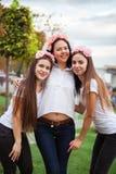 Lyckliga flickor som firar ett ungmöparti av bruden royaltyfri bild