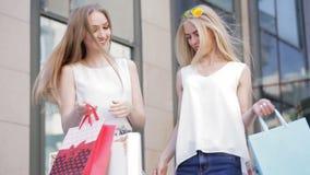 Lyckliga flickor som kommer ut ur lagret efter en stor försäljning arkivfilmer