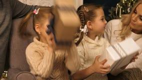 Lyckliga flickor som skakar en gåva för att gissa vad är inre lager videofilmer