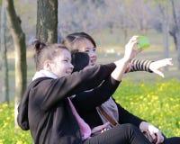 Lyckliga flickor som skjuter sig Arkivfoto