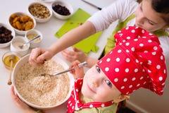 Lyckliga flickor som tillsammans lagar mat Arkivfoto