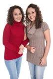 Lyckliga flickor: Ståenden av den verkliga kvinnlign kopplar samman bärande vinterpullov Royaltyfri Fotografi