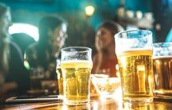 Lyckliga flickvänkvinnor grupperar att dricka öl på bryggeristången royaltyfri bild