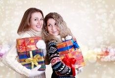 Lyckliga flickvänner med julpresents Arkivbild