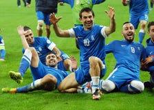 Lyckliga fotbollsspelare firar kvalificering till den FIFA världscupen 2014 Arkivbild