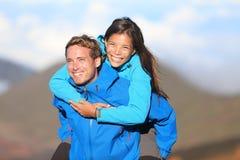 Lyckliga fotvandra par på ryggen Royaltyfri Bild