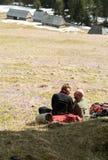 Lyckliga fotvandra par som tar ett avbrott på bergslinga i den Chocholowska dalen, Arkivbilder