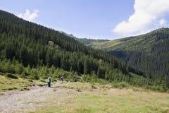 Lyckliga fotvandrare i berg Royaltyfri Foto