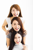 lyckliga framsidor för unga kvinnor som ser kameran Royaltyfri Foto