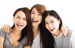 lyckliga framsidor för unga kvinnor som ser kameran Royaltyfri Bild
