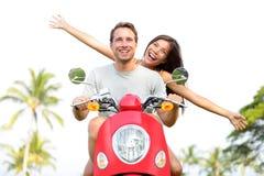 Lyckliga fria frihetspar som kör sparkcykeln Royaltyfria Bilder