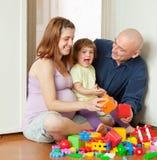 Lyckliga förälderlekar med barnet Arkivbilder