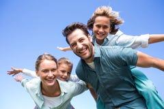 Lyckliga föräldrar med deras barn Arkivfoton