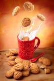 lyckliga frukostkakor mjölkar Arkivfoton