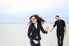 lyckliga fysiker kamrat och flicka försvarar tes arkivbilder