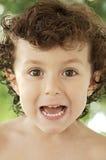lyckliga görande trivialities för förtjusande pojke Royaltyfri Foto