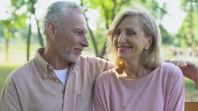 Lyckliga gamla par som in camera ser och att omfamna, le som tillfredsställs med liv stock video