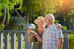 Lyckliga gamla par som tar selfie arkivbild