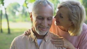 Lyckliga gamla par som in vilar, parkerar och att omfamna grundligt, lyckligt förälskat tillsammans stock video