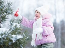 Lyckliga garneringar för träd för ungedanandejul Arkivfoton