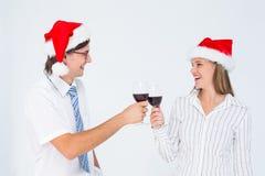 Lyckliga geeky hipsterpar som dricker rött vin arkivbild