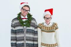 Lyckliga geeky hipsterpar som ser kameran Arkivfoto