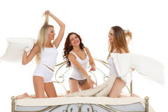 Lyckliga gladlynta flickor. Pyjamasparti. royaltyfri foto