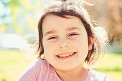 lyckliga ?gonblick framsida och skincare allergiblommor till Sommarflickamode lycklig barndom V?r V?derprognos arkivbilder