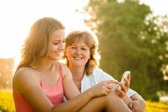 Lyckliga ögonblick tillsammans - moder och dotter Arkivbilder