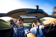 Lyckliga grabbar i bil arkivfoton