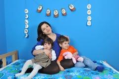 Lyckliga gravid kvinna och lilla ungar royaltyfri bild