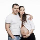 Lyckliga gravida par Arkivfoton