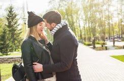 Lyckliga gravida par i natur Fotografering för Bildbyråer