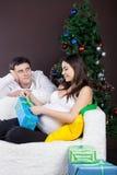Lyckliga gravida par near jultreen Fotografering för Bildbyråer