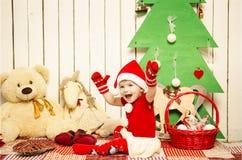 Lyckliga gulliga små behandla som ett barn på jul arkivfoto