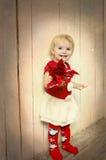 Lyckliga gulliga små behandla som ett barn på jul Arkivfoton