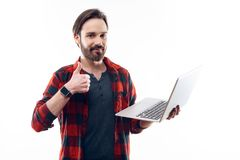 Lyckliga Guy Holding Light Laptop och showtummar upp royaltyfri bild