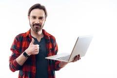 Lyckliga Guy Holding Light Laptop och showtummar upp royaltyfri fotografi