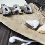 Lyckliga hälsningar för dag för fader` s kakor och kaffe på skrivbordet Royaltyfria Bilder