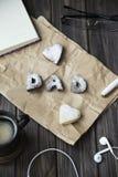 Lyckliga hälsningar för dag för fader` s kakor och kaffe på skrivbordet Arkivbilder