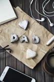 Lyckliga hälsningar för dag för fader` s kakor och kaffe på skrivbordet Royaltyfri Foto