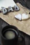 Lyckliga hälsningar för dag för fader` s kakor och kaffe på skrivbordet Royaltyfri Fotografi