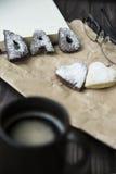Lyckliga hälsningar för dag för fader` s kakor och kaffe på skrivbordet Arkivfoto